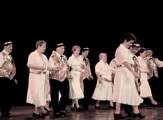 Des retraités font la comédie sur scène! - Source de l'Image : http://sillon38.krycia.com